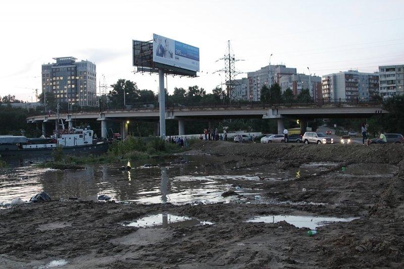 Вода приблизилась к ул. Пионерской близ моста с ул. Калинина.