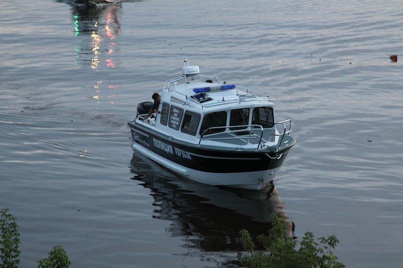 Полицеский катер причаливает к Амуру