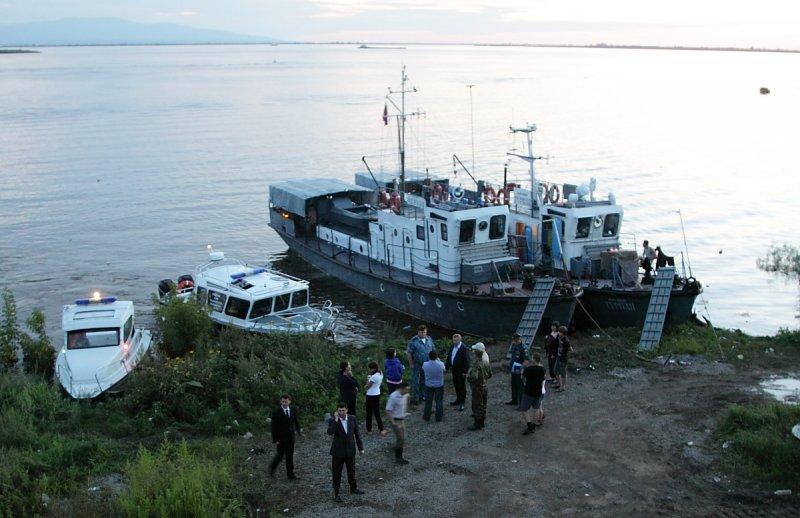 Губернатор Хабаровского края во время короткого совещания на берегу Амура во время паводка 2013 года