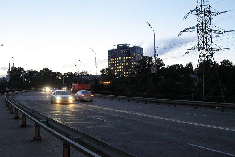 Путепровод с ул. Калинина (Запарина) на ул. Пионерскую вечером в Хабаровске.