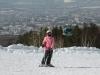 Юная лыжница на фоне города