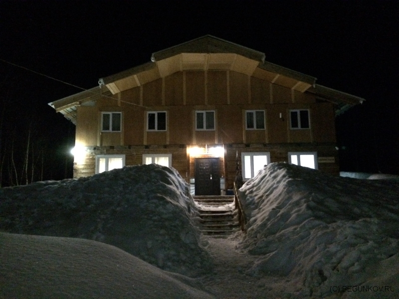ГЛК Холдоми. Вид ночью на основной корпус гостиницы