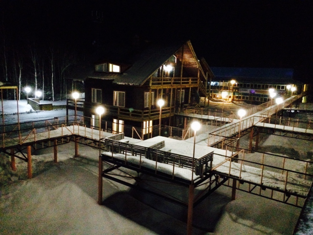 ГЛК Холдоми. Вид на ночной поселок базы.