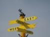 Указатель сторон света с фигуркой лыжника на верхней площадке трассы