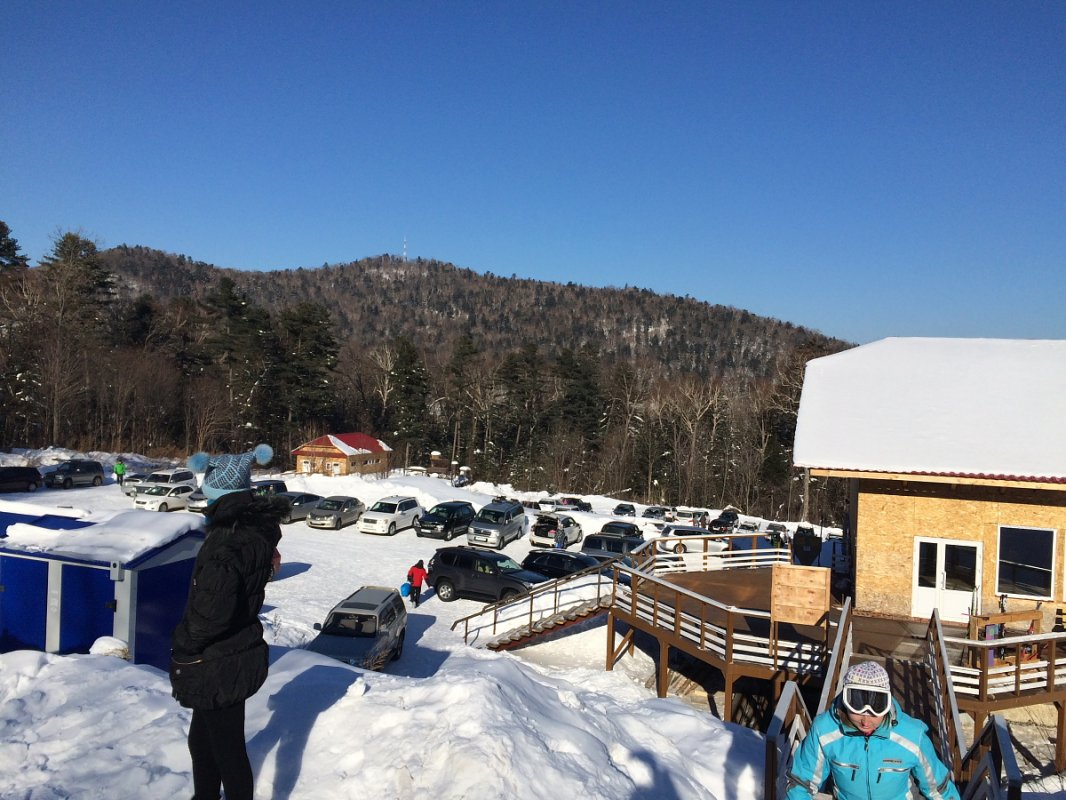 Вид на стоянку с площадки внизу горы.