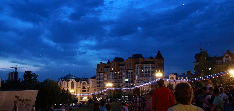 Красные фонари в ночном небе над Хабаровском