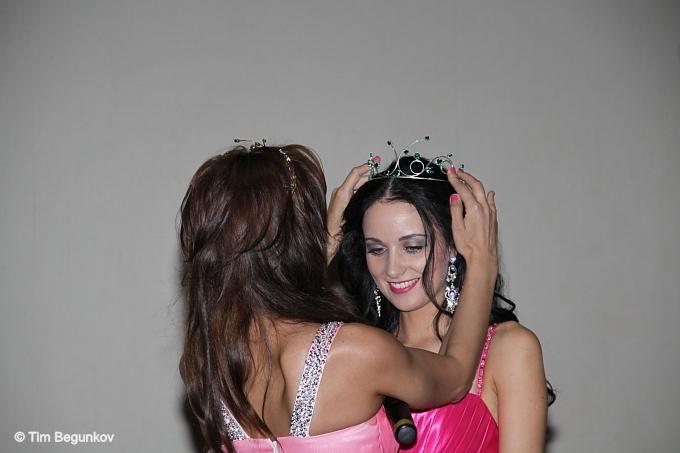 Переходящая корона победительницы конкурса переходит Валентине от Лилии Горобей - Мисс Интернет ДВ-2011.