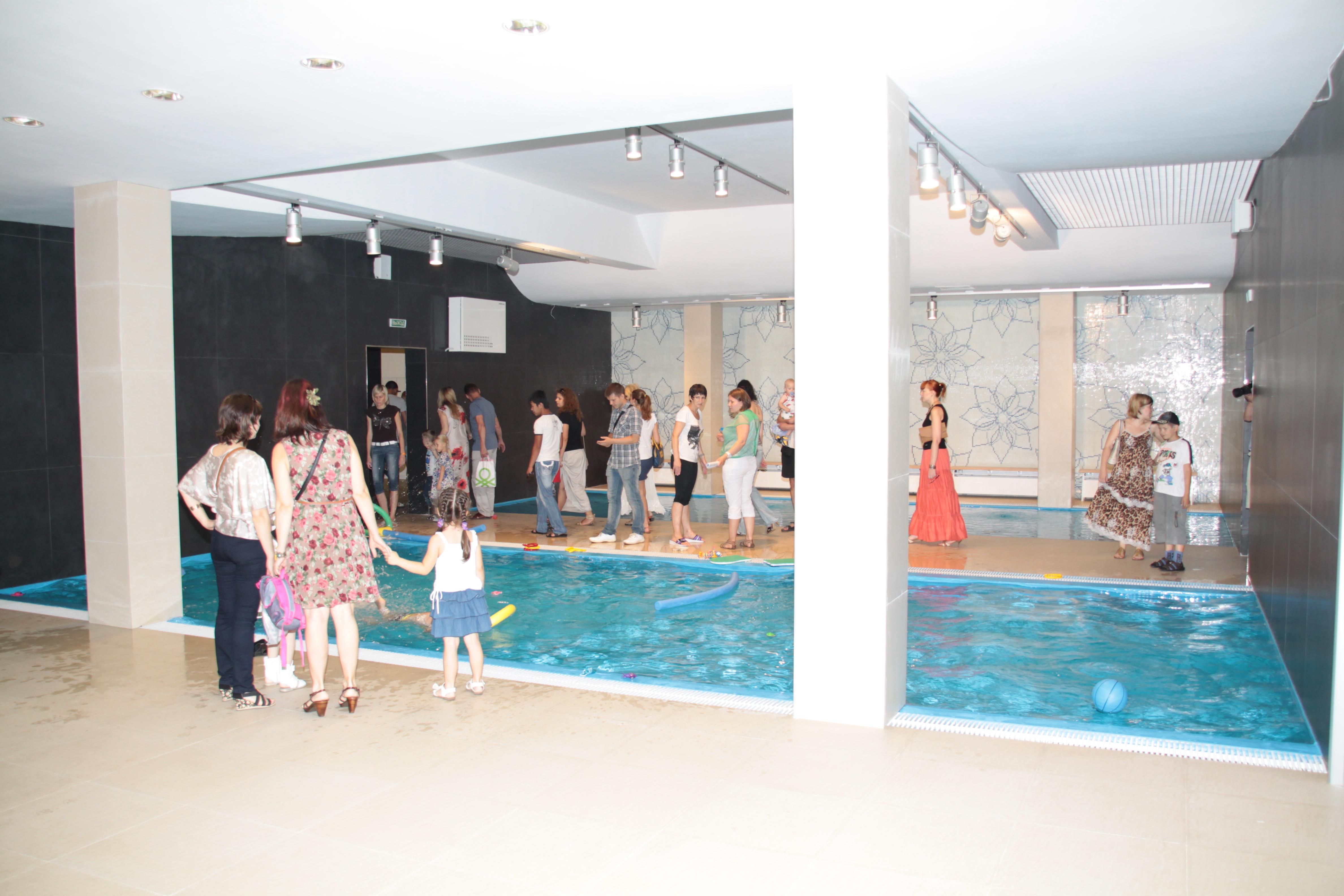 Фитнес клуб Глобал в Хабаровске. Десткие бассейны расположены на втором этаже в один уровень со взросоым большыим бассейном, что прямо за спиной фотографа.