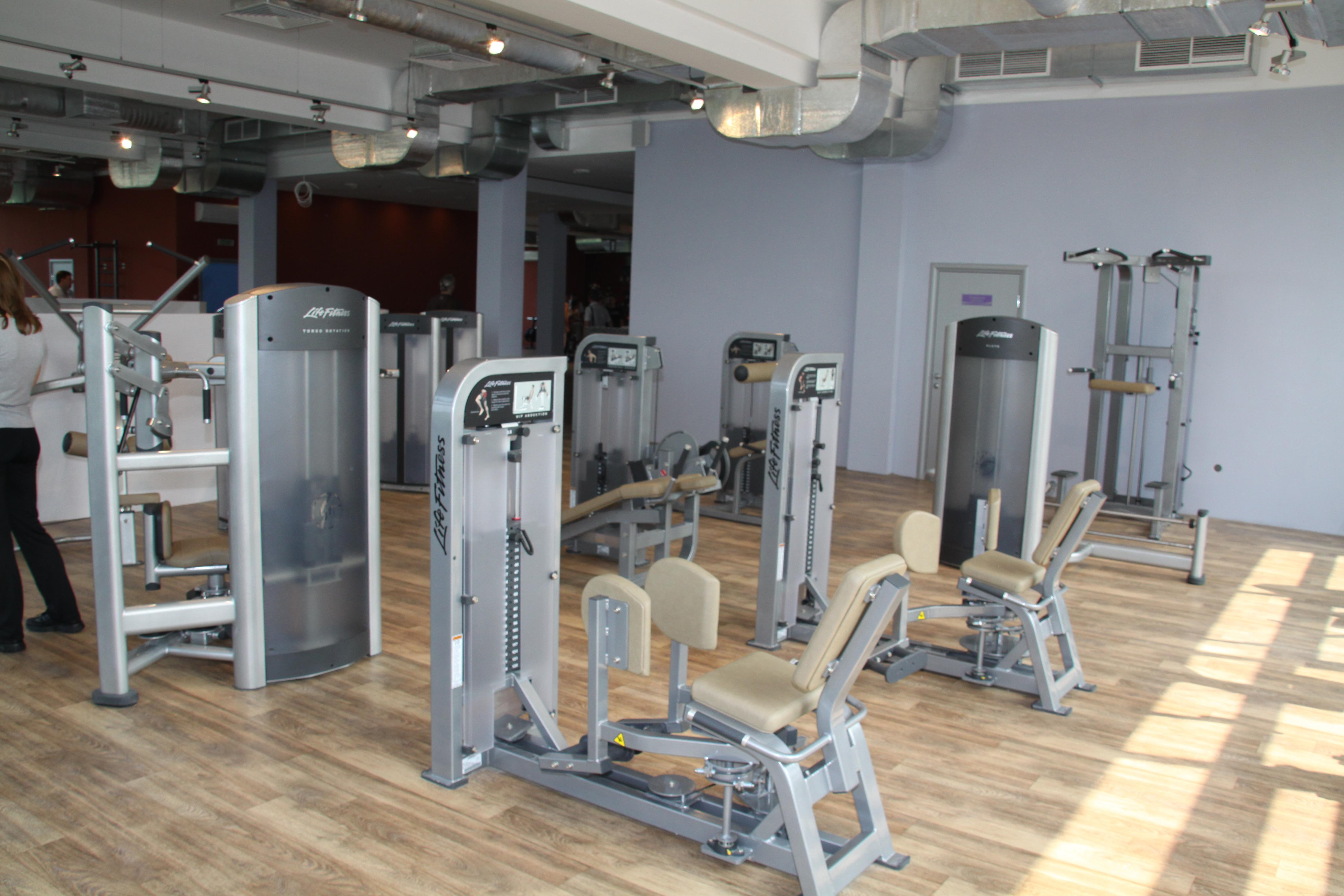 Много разных тренажеров на все группы мышц. Причем на одни и те же группы мышц есть тренажеры разных видов.