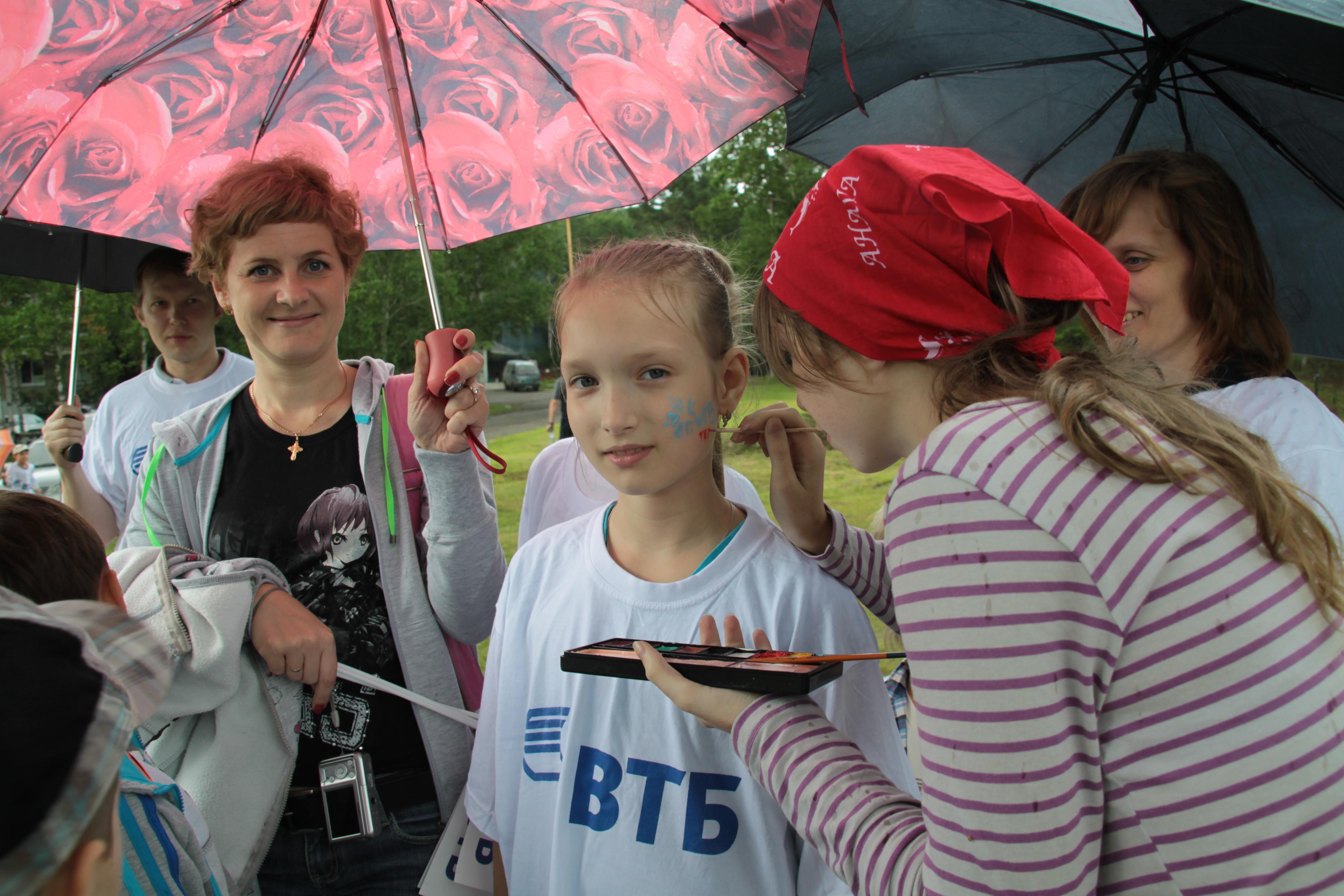 Красками Насте рисуют логотип VTB Team - круто.