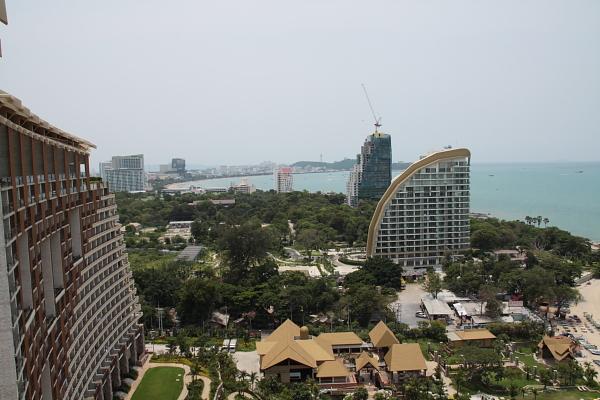 Вид с крыши отеля на побережье Паттайи
