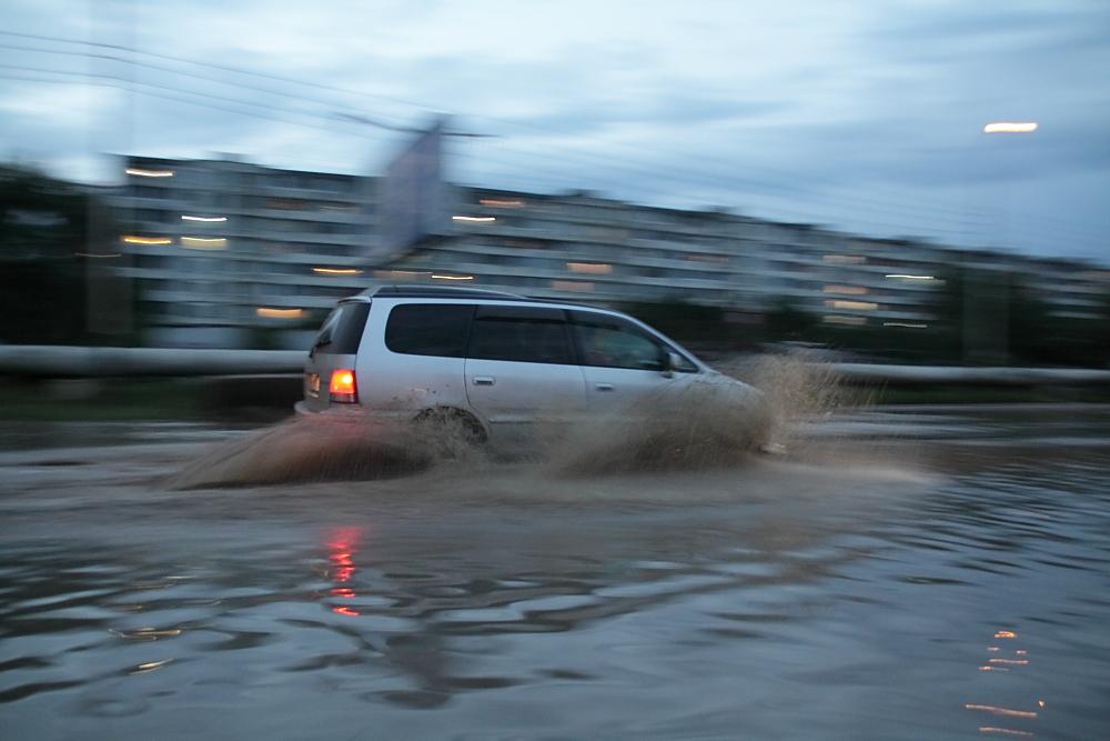 Авто плывут.